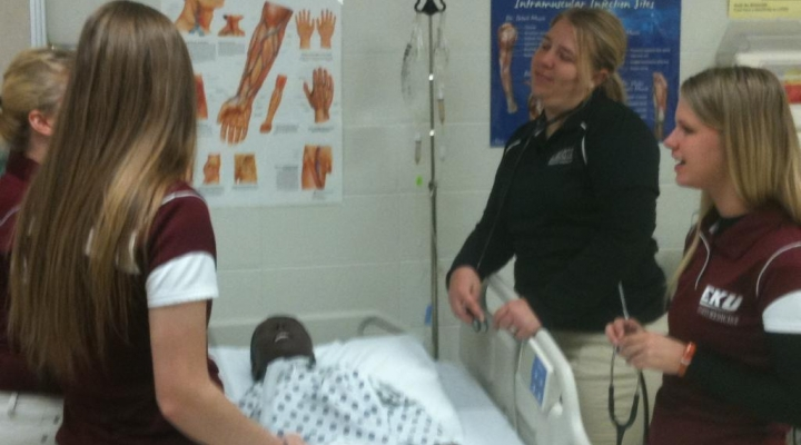 EKU Athletic Training Students Practicing Evaluation Skills in the Lab